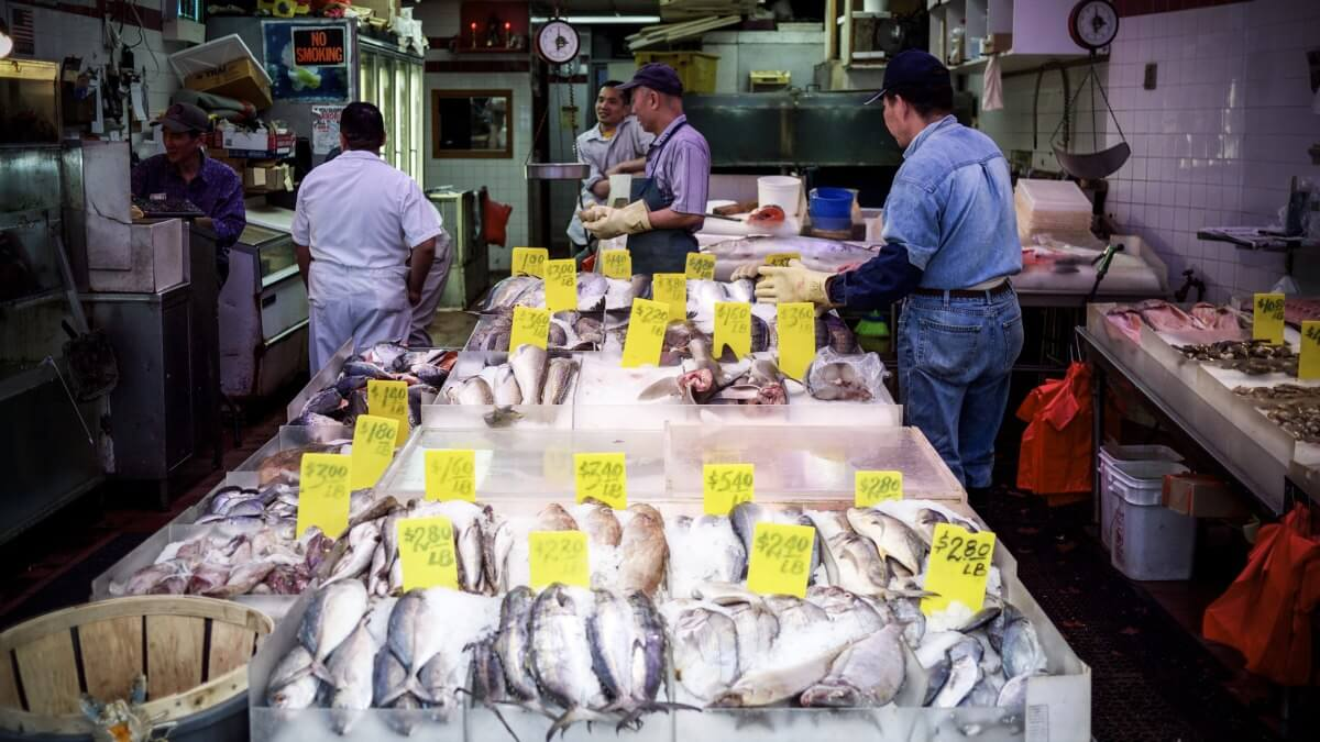 Fishmonger in Chinatown, New York, Kim Ahlström (cc) flickr.com