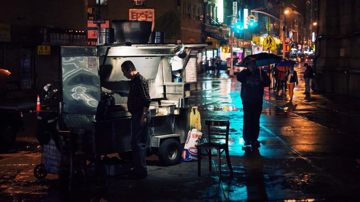 Food station under the Manhattan Bridge, New York, Linh Nguyen (cc) flickr.com